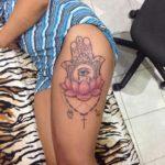 Mano de Fátima tatuaje muslo
