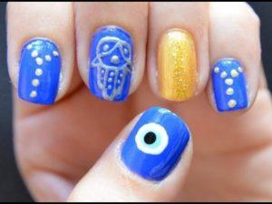 mano de fátima uñas decoradas